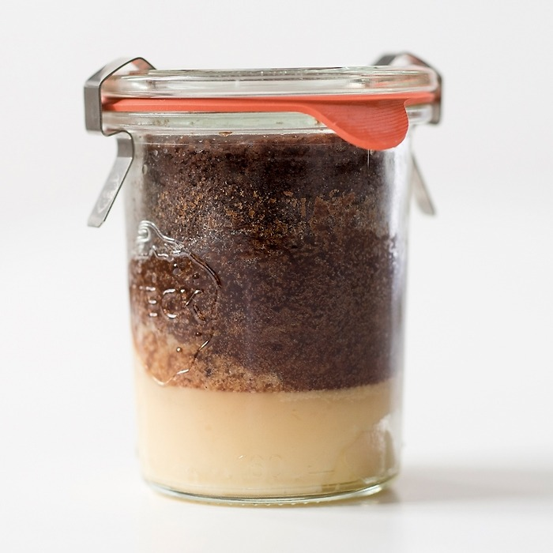 Schokoladensoufflé mit Coeur fondant aus dem Glas